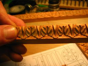 A close up of each of the mouldings and you can see that the large (?) leaf design is about the size of my thumbnail!